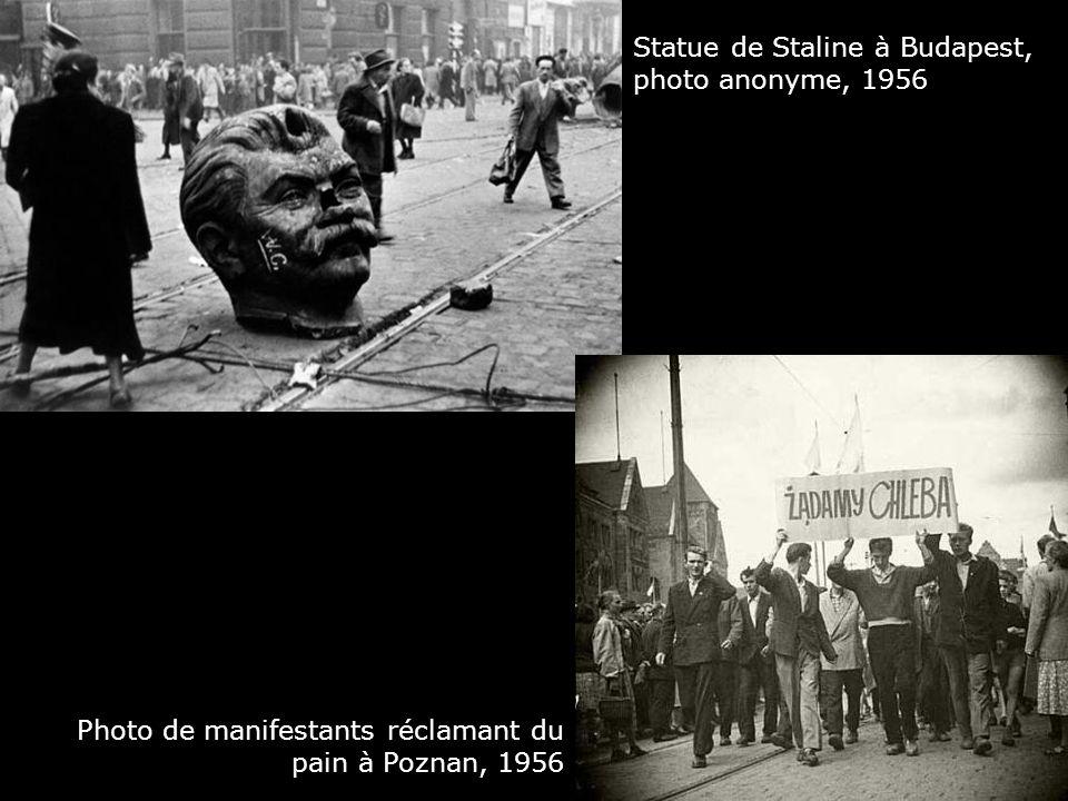 Statue de Staline à Budapest, photo anonyme, 1956 Photo de manifestants réclamant du pain à Poznan, 1956