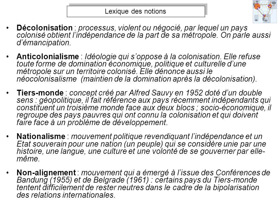 Décolonisation : processus, violent ou négocié, par lequel un pays colonisé obtient lindépendance de la part de sa métropole. On parle aussi démancipa