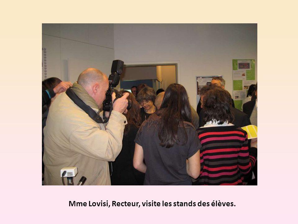 Mme Lovisi, Recteur, visite les stands des élèves.