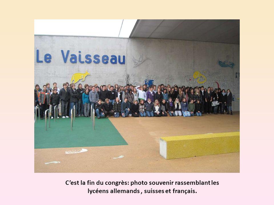 Cest la fin du congrès: photo souvenir rassemblant les lycéens allemands, suisses et français.