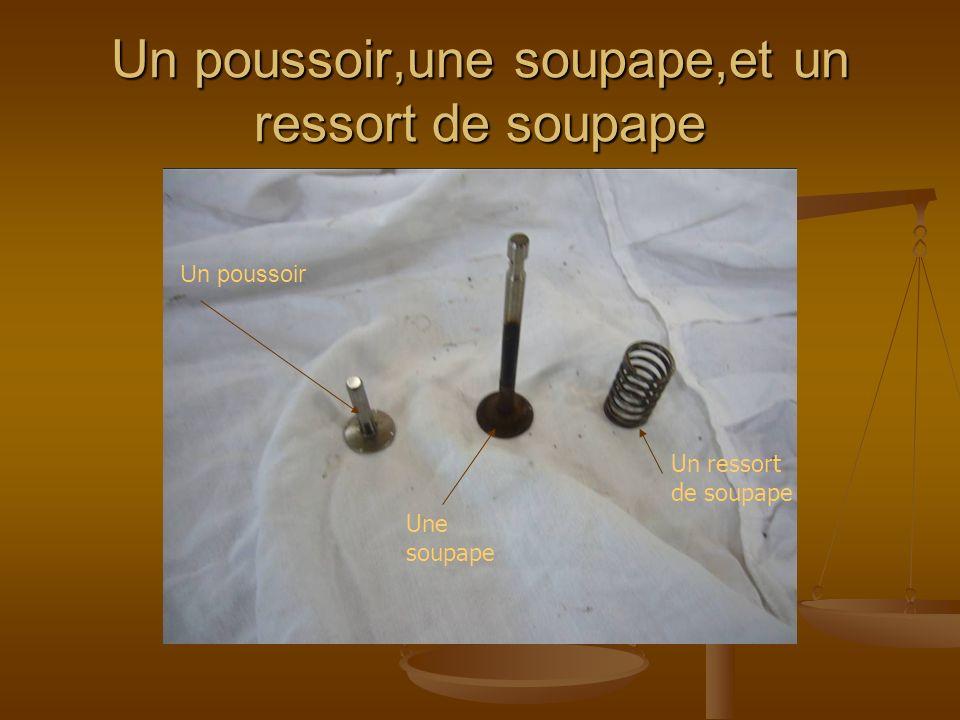 Un poussoir,une soupape,et un ressort de soupape Un poussoir Une soupape Un ressort de soupape