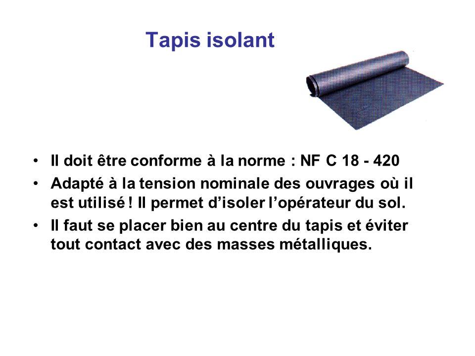 Tapis isolant Il doit être conforme à la norme : NF C 18 - 420 Adapté à la tension nominale des ouvrages où il est utilisé ! Il permet disoler lopérat