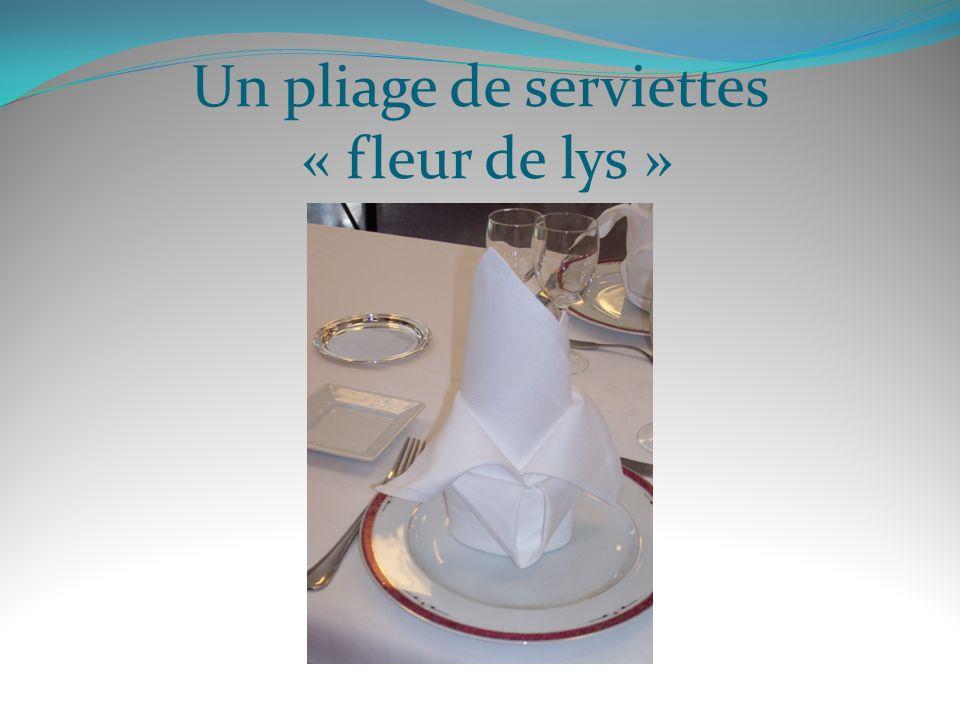 Un pliage de serviettes « fleur de lys »
