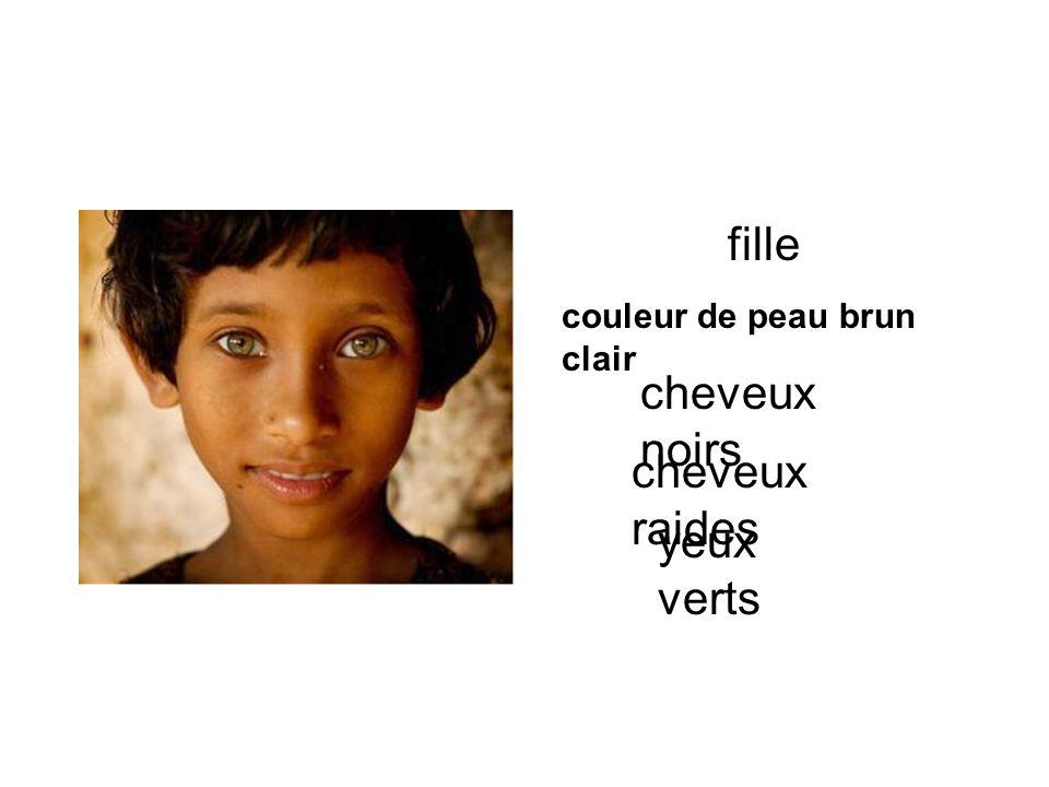 fille couleur de peau brun clair cheveux noirs cheveux raides yeux verts