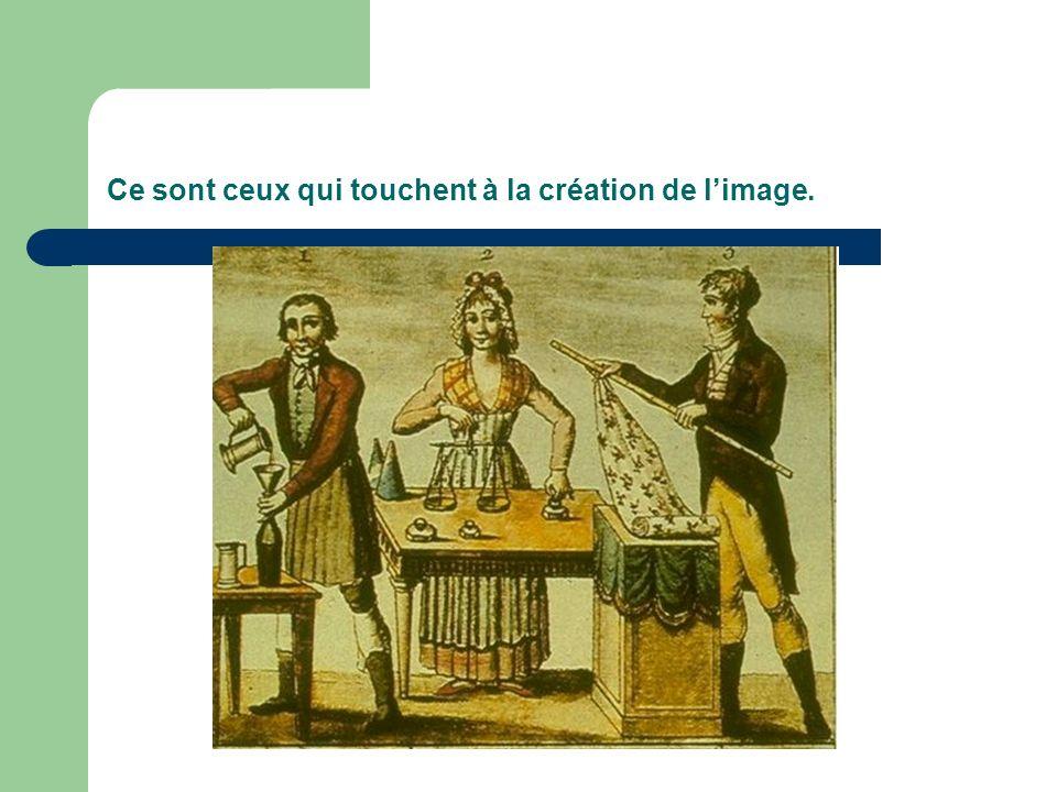 Le personnage de gauche remplit de vin une bouteille en verre.