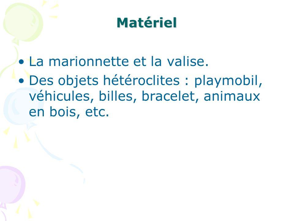 Matériel La marionnette et la valise. Des objets hétéroclites : playmobil, véhicules, billes, bracelet, animaux en bois, etc.