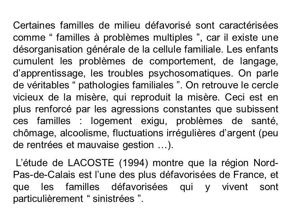 Certaines familles de milieu défavorisé sont caractérisées comme familles à problèmes multiples, car il existe une désorganisation générale de la cellule familiale.
