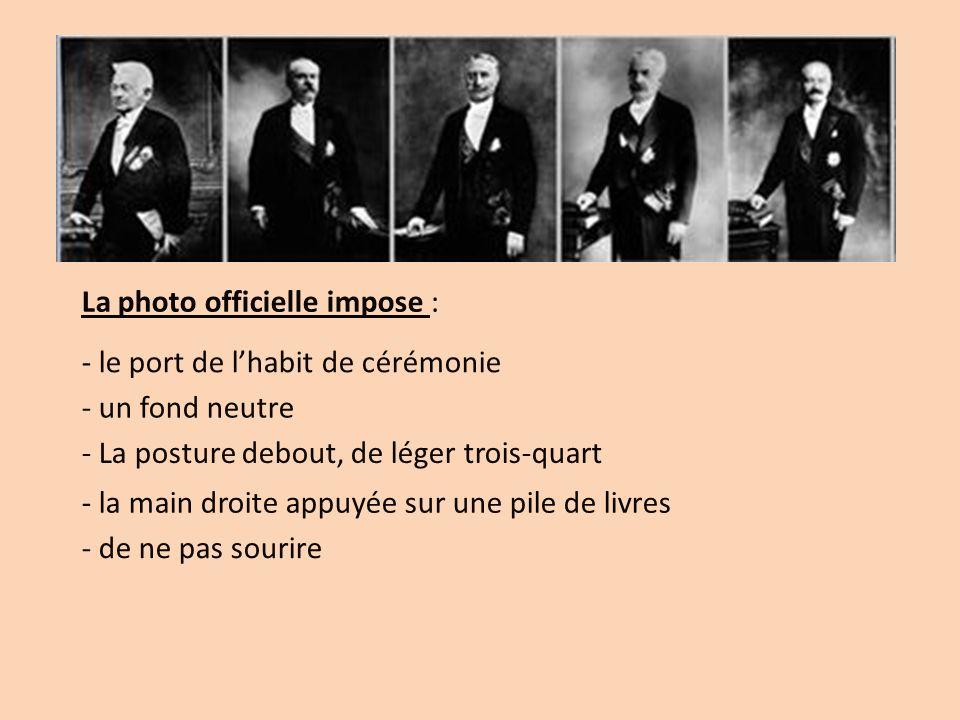 La photo officielle impose : - le port de lhabit de cérémonie - un fond neutre - La posture debout, de léger trois-quart - la main droite appuyée sur