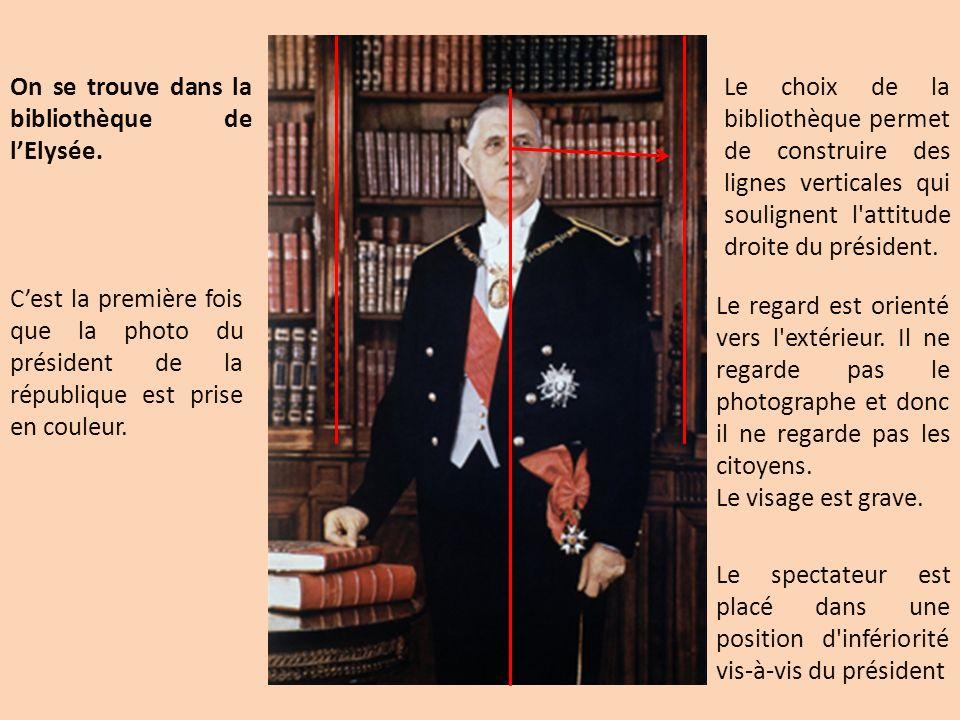 On se trouve dans la bibliothèque de lElysée. Cest la première fois que la photo du président de la république est prise en couleur. Le choix de la bi