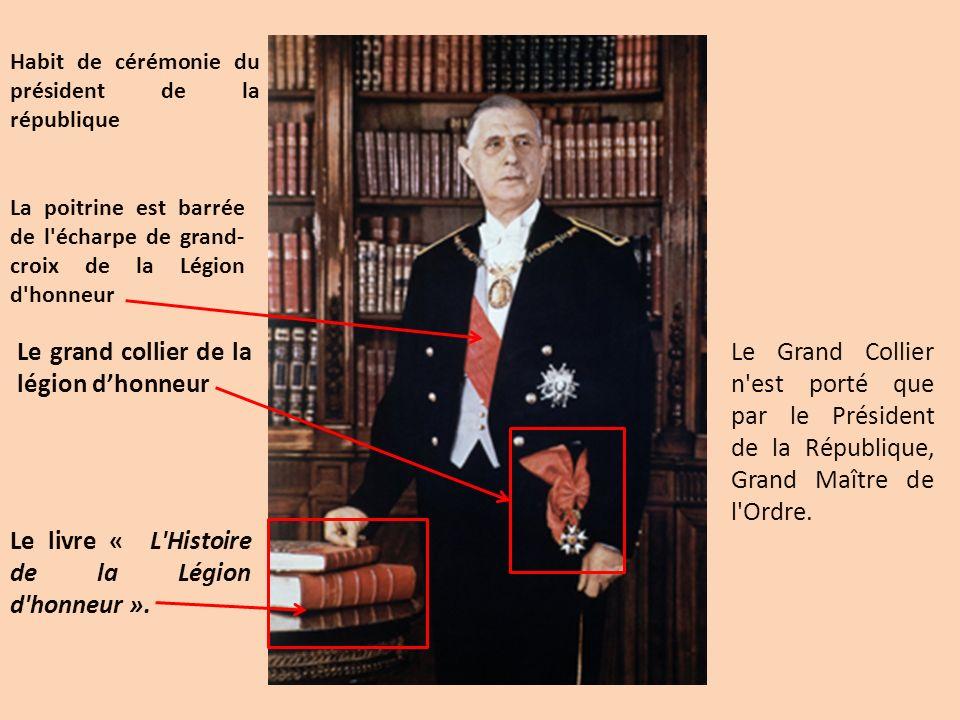 Le Grand Collier n'est porté que par le Président de la République, Grand Maître de l'Ordre. La poitrine est barrée de l'écharpe de grand- croix de la