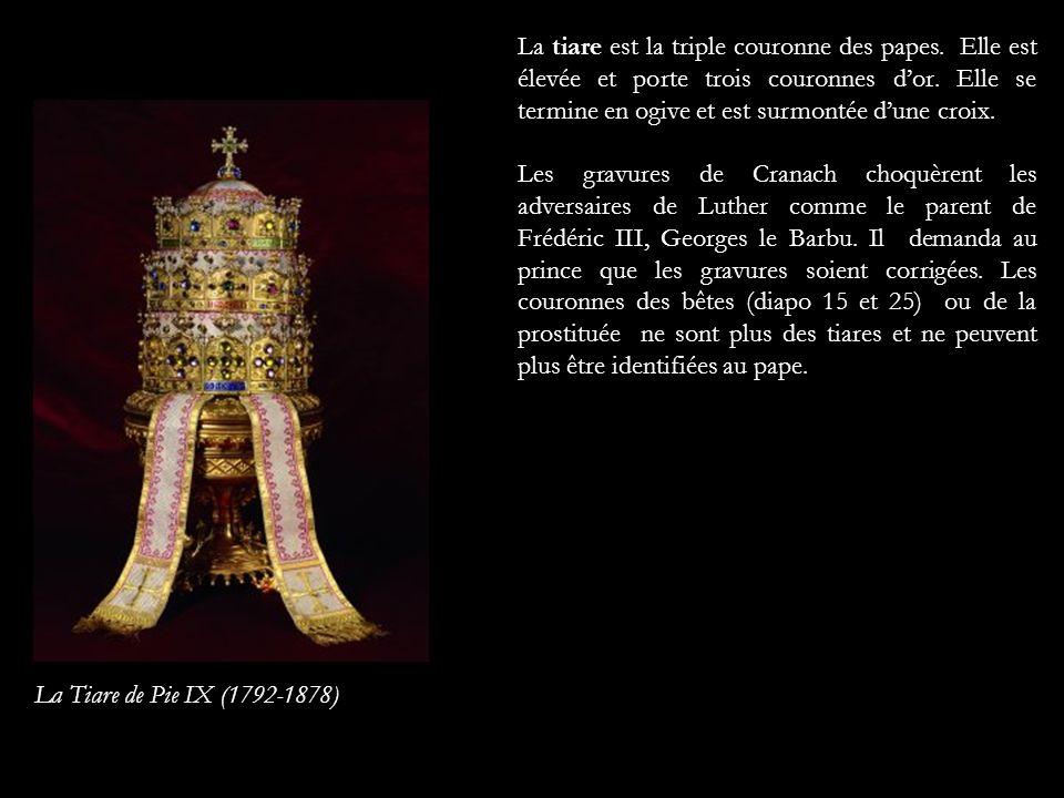 La tiare est la triple couronne des papes. Elle est élevée et porte trois couronnes dor. Elle se termine en ogive et est surmontée dune croix. Les gra