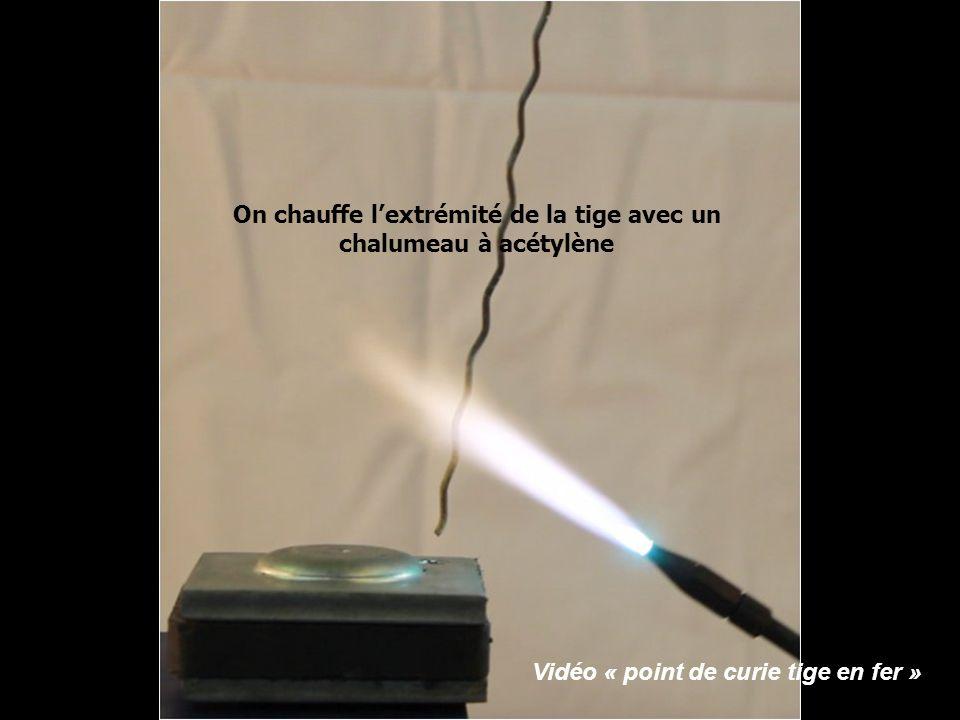 On chauffe lextrémité de la tige avec un chalumeau à acétylène Vidéo « point de curie tige en fer »