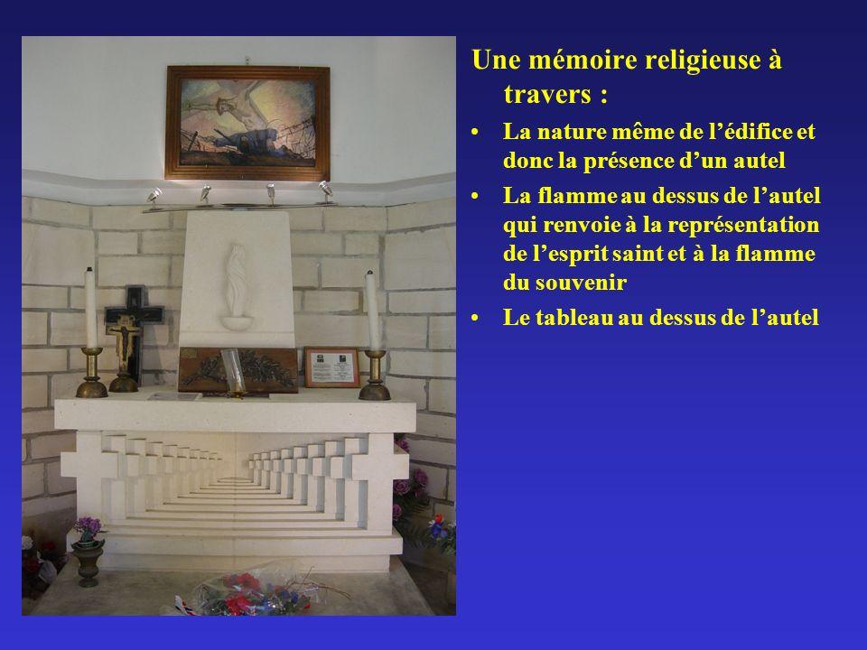 Une mémoire religieuse à travers : La nature même de lédifice et donc la présence dun autel La flamme au dessus de lautel qui renvoie à la représentation de lesprit saint et à la flamme du souvenir Le tableau au dessus de lautel