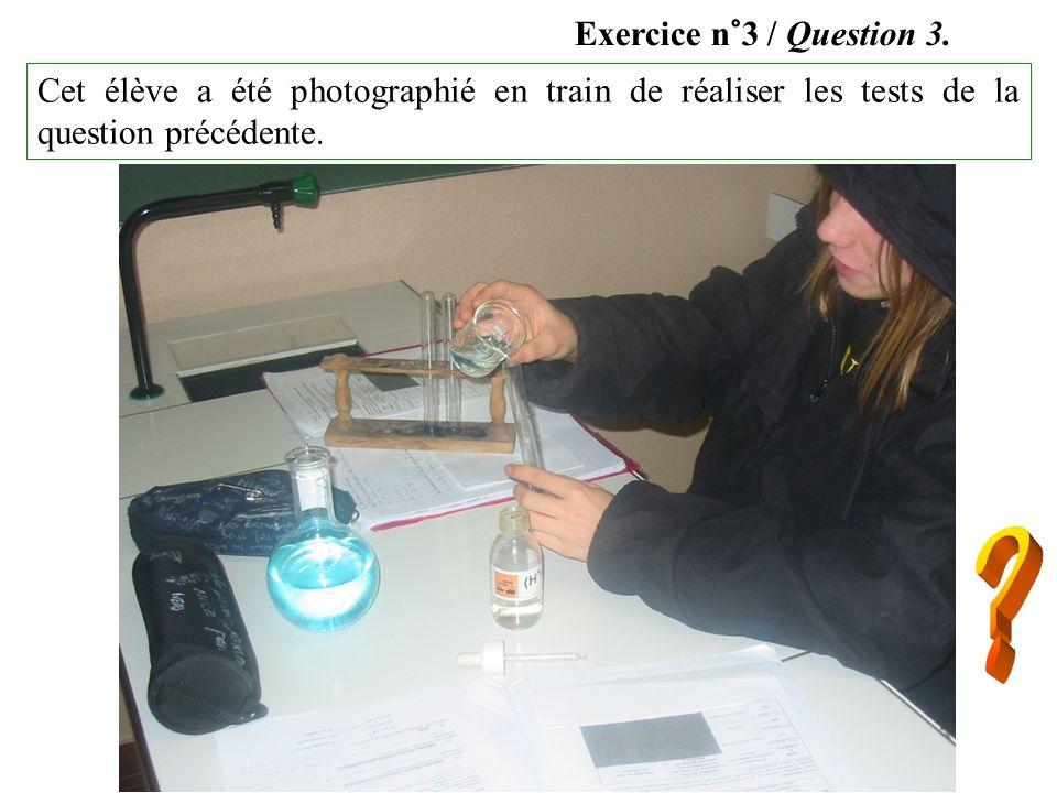 Cet élève a été photographié en train de réaliser les tests de la question précédente.