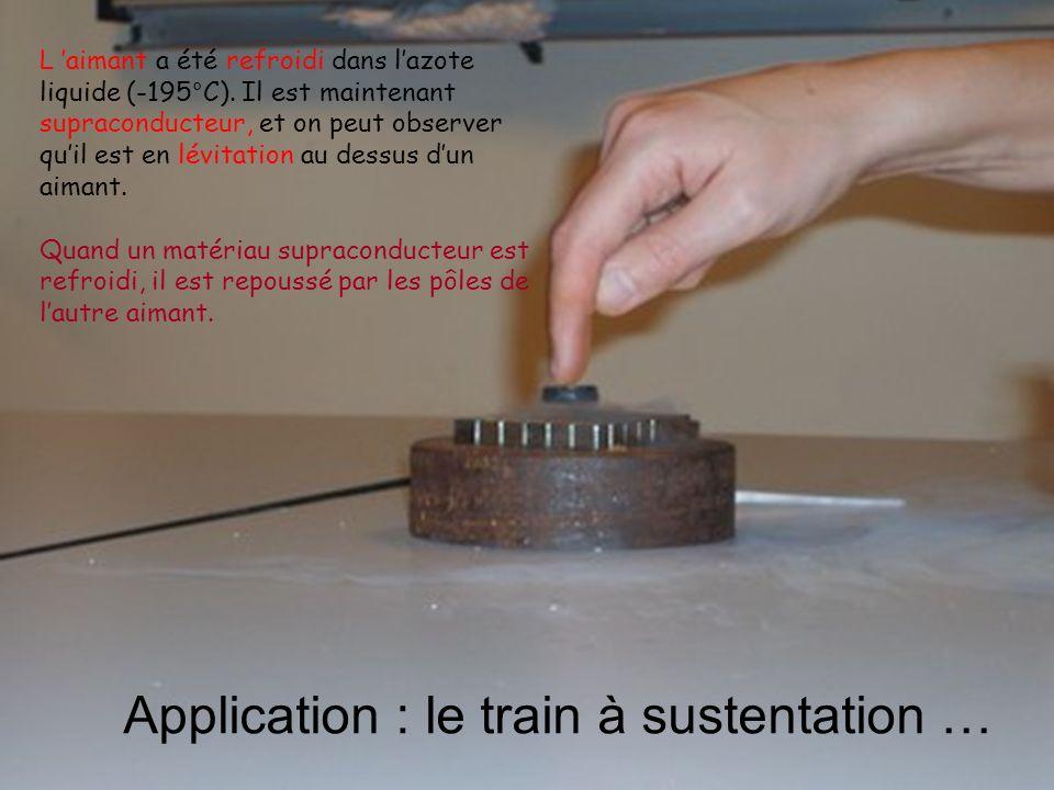 L aimant a été refroidi dans lazote liquide (-195°C). Il est maintenant supraconducteur, et on peut observer quil est en lévitation au dessus dun aima