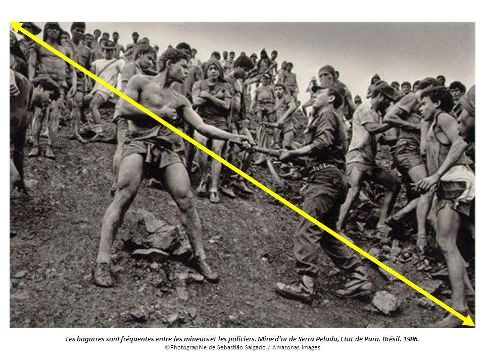 Les bagarres sont fréquentes entre les mineurs et les policiers. Mine dor de Serra Pelada, Etat de Para. Brésil. 1986. ©Photographie de Sebastião Salg