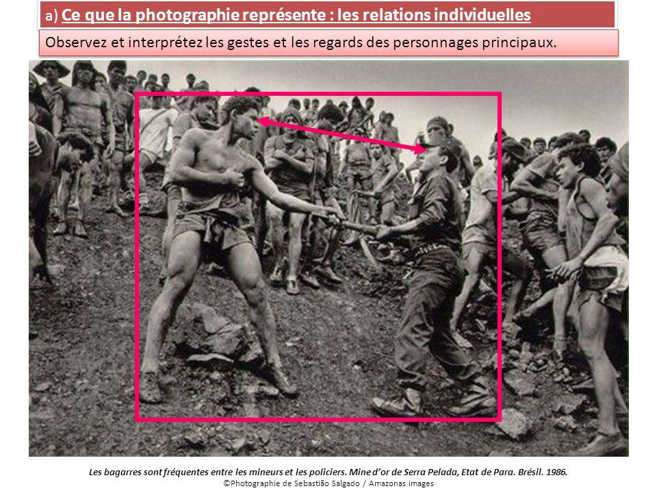a) Ce que la photographie représente : les relations individuelles Observez et interprétez les gestes et les regards des personnages principaux. Les b