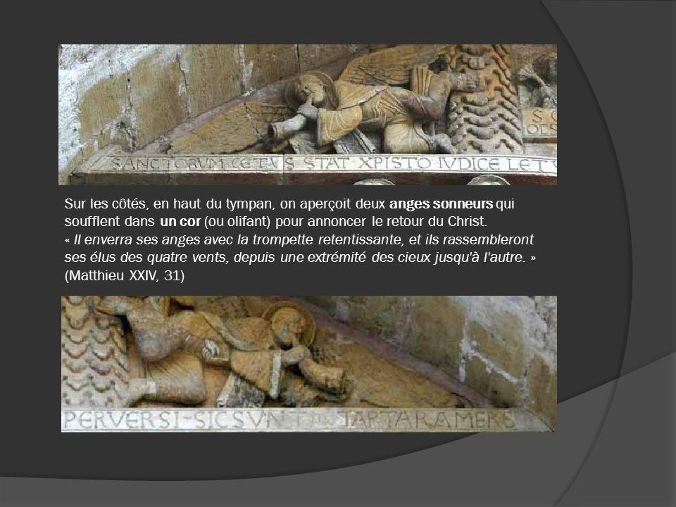 Sur les côtés, en haut du tympan, on aperçoit deux anges sonneurs qui soufflent dans un cor (ou olifant) pour annoncer le retour du Christ. « Il enver