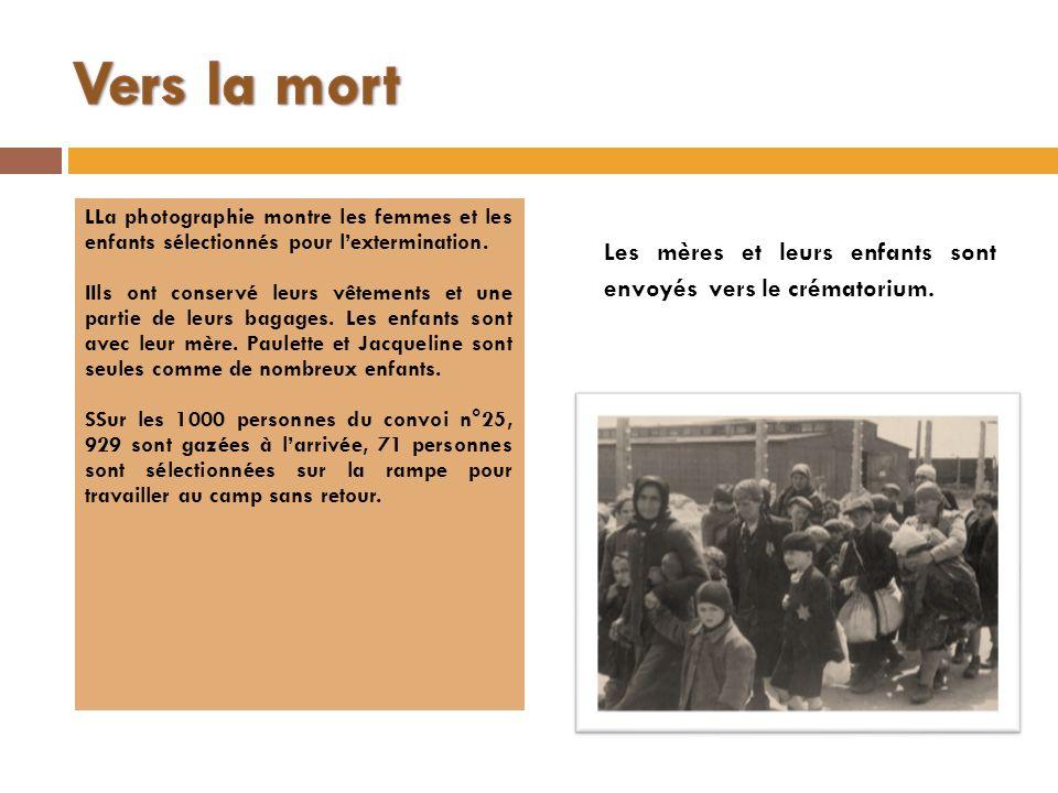 LLa photographie montre les femmes et les enfants sélectionnés pour lextermination. IIls ont conservé leurs vêtements et une partie de leurs bagages.