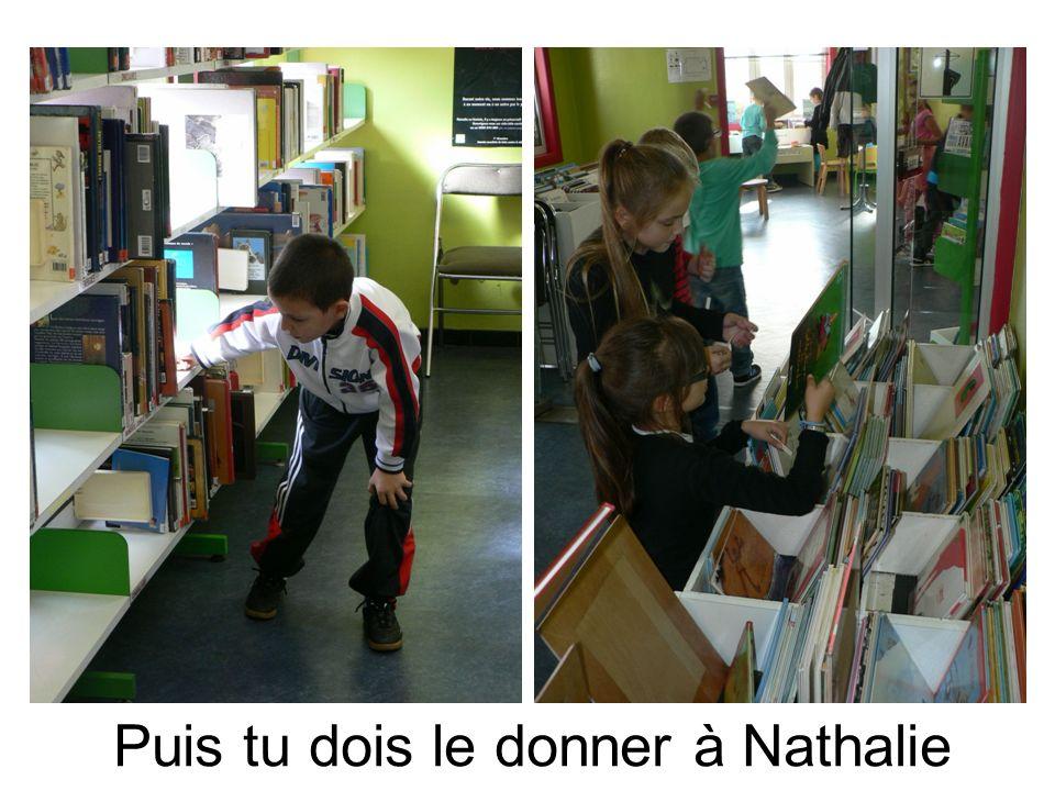 Après, Nathalie redonne un livre et nous devons le ranger à la bonne place avec sa cote.
