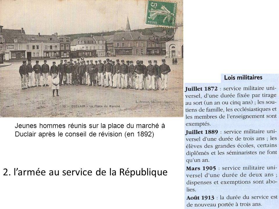 Jeunes hommes réunis sur la place du marché à Duclair après le conseil de révision (en 1892) 2. larmée au service de la République