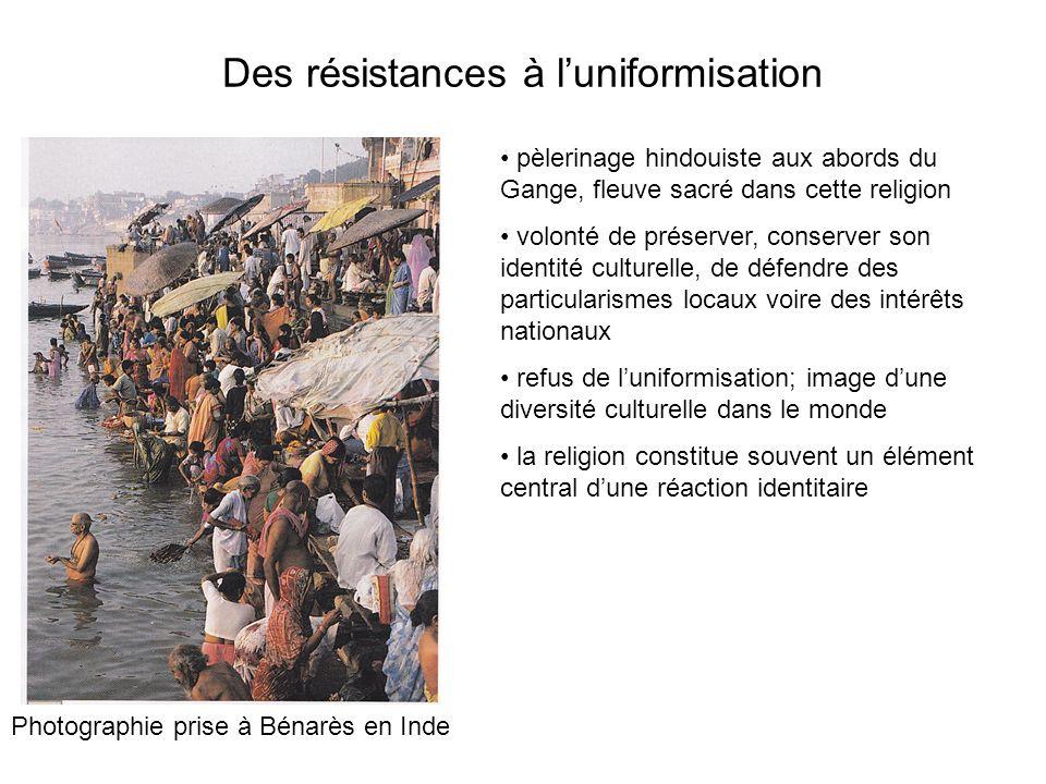 Des résistances à luniformisation Photographie prise à Bénarès en Inde pèlerinage hindouiste aux abords du Gange, fleuve sacré dans cette religion vol