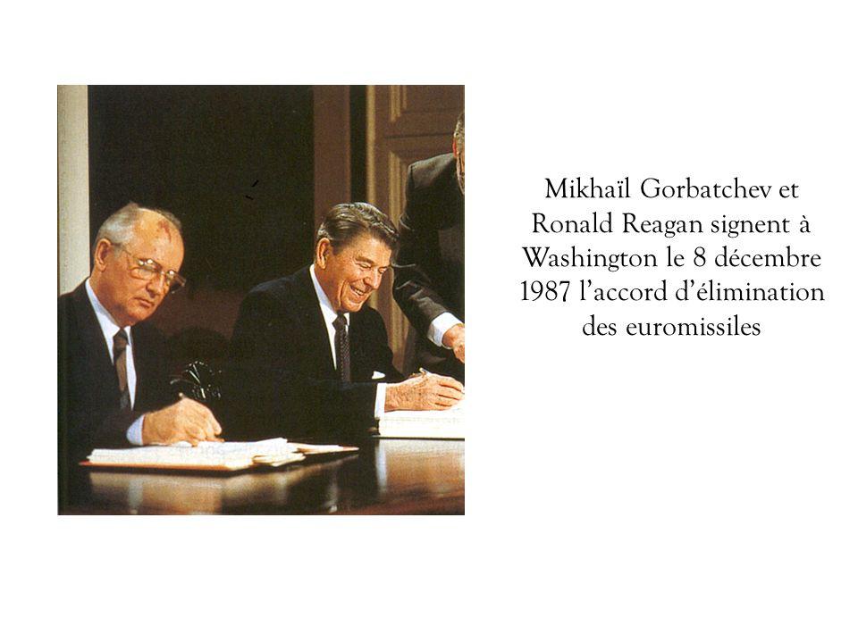 Le ministre des Affaires étrangères autrichien (à gauche) et son homologue hongrois ouvrent symboliquement le rideau de fer (27 juin 1989) Les événements de 1989