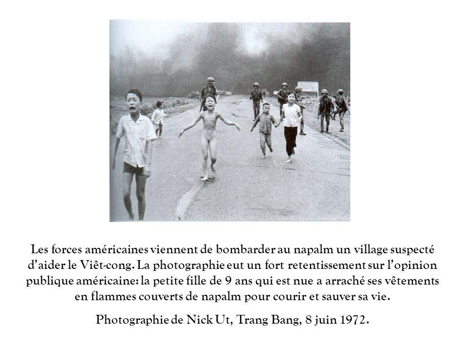 Les forces américaines viennent de bombarder au napalm un village suspecté daider le Viêt-cong. La photographie eut un fort retentissement sur lopinio