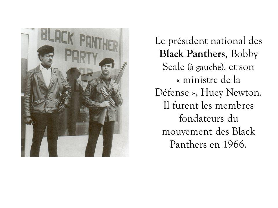 Le président national des Black Panthers, Bobby Seale (à gauche), et son « ministre de la Défense », Huey Newton. Il furent les membres fondateurs du