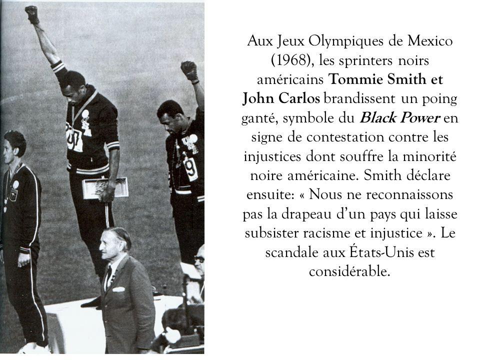 Aux Jeux Olympiques de Mexico (1968), les sprinters noirs américains Tommie Smith et John Carlos brandissent un poing ganté, symbole du Black Power en