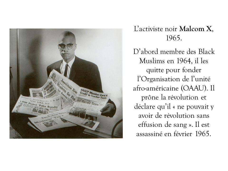 Lactiviste noir Malcom X, 1965. Dabord membre des Black Muslims en 1964, il les quitte pour fonder lOrganisation de lunité afro-américaine (OAAU). Il