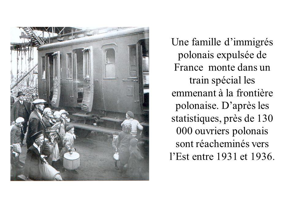 Une famille dimmigrés polonais expulsée de France monte dans un train spécial les emmenant à la frontière polonaise. Daprès les statistiques, près de