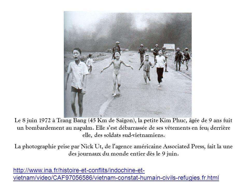 Le 8 juin 1972 à Trang Bang (45 Km de Saïgon), la petite Kim Phuc, âgée de 9 ans fuit un bombardement au napalm. Elle sest débarrassée de ses vêtement