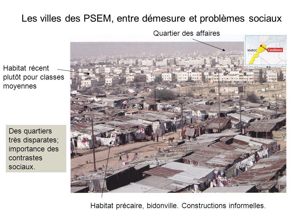 Les villes des PSEM, entre démesure et problèmes sociaux Habitat précaire, bidonville. Constructions informelles. Habitat récent plutôt pour classes m