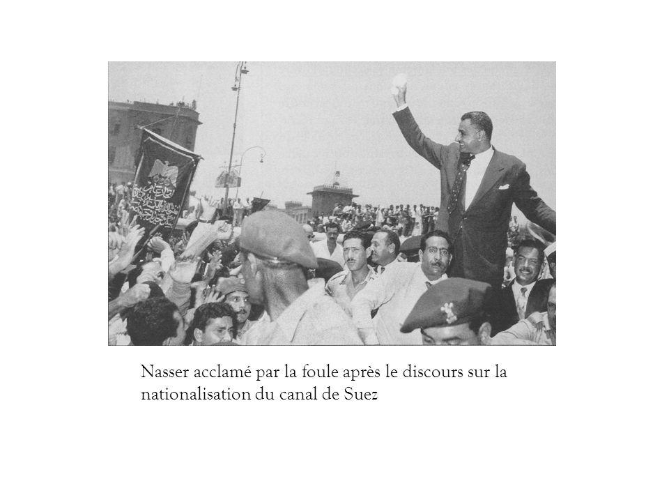 Nasser acclamé par la foule après le discours sur la nationalisation du canal de Suez