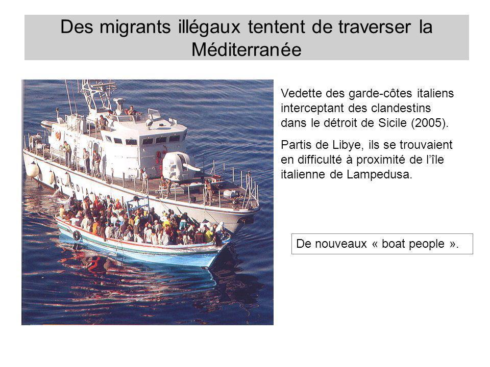 Des migrants illégaux tentent de traverser la Méditerranée Vedette des garde-côtes italiens interceptant des clandestins dans le détroit de Sicile (20