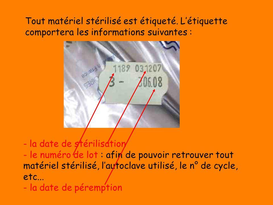 Lagent remplit ensuite sa feuille de traçabilité, inscrit les paramètres de stérilisation, agrafe les intégrateurs, indique le contenu de la charge. L