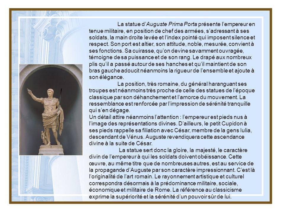 La statue dAuguste Prima Porta présente lempereur en tenue militaire, en position de chef des armées, sadressant à ses soldats, la main droite levée e