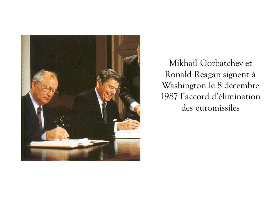 Mikhaïl Gorbatchev et Ronald Reagan signent à Washington le 8 décembre 1987 laccord délimination des euromissiles