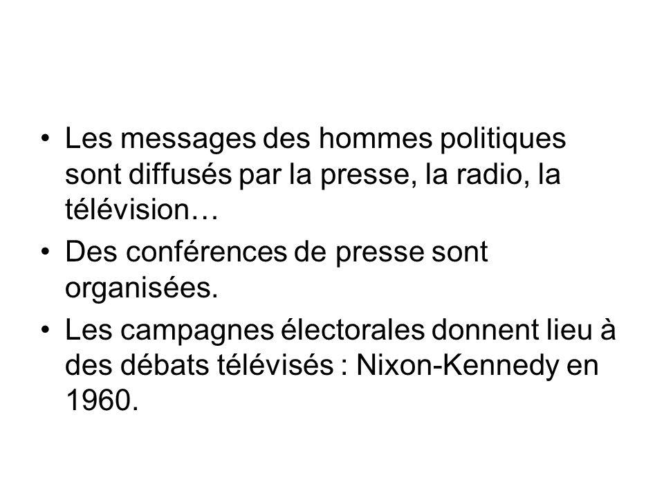 Les messages des hommes politiques sont diffusés par la presse, la radio, la télévision… Des conférences de presse sont organisées.