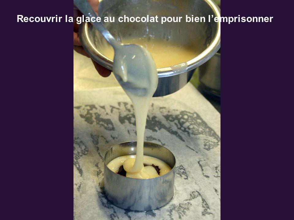 Recouvrir la glace au chocolat pour bien lemprisonner
