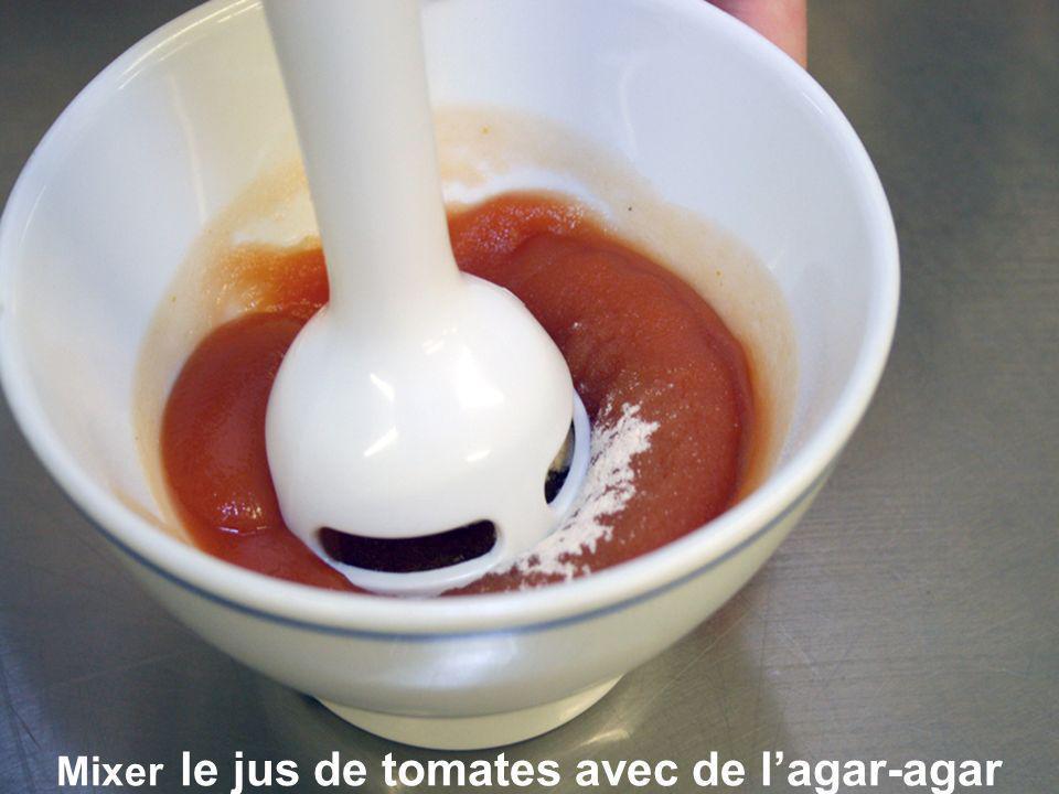 Mixer le jus de tomates avec de lagar-agar