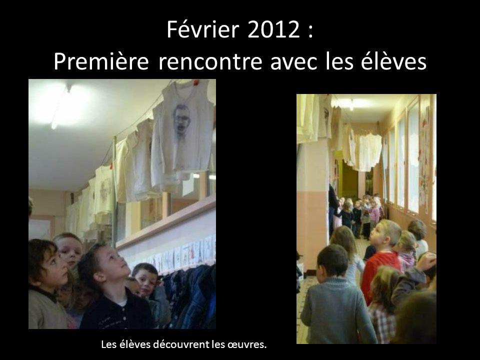 Février 2012 : Première rencontre avec les élèves Les élèves découvrent les œuvres.