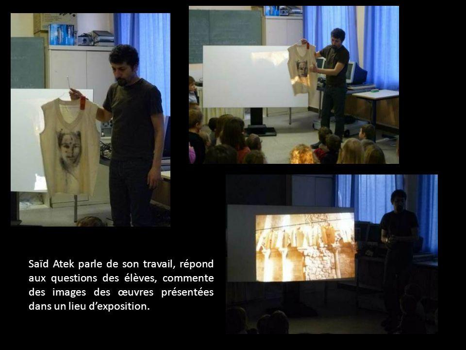 Saïd Atek parle de son travail, répond aux questions des élèves, commente des images des œuvres présentées dans un lieu dexposition.