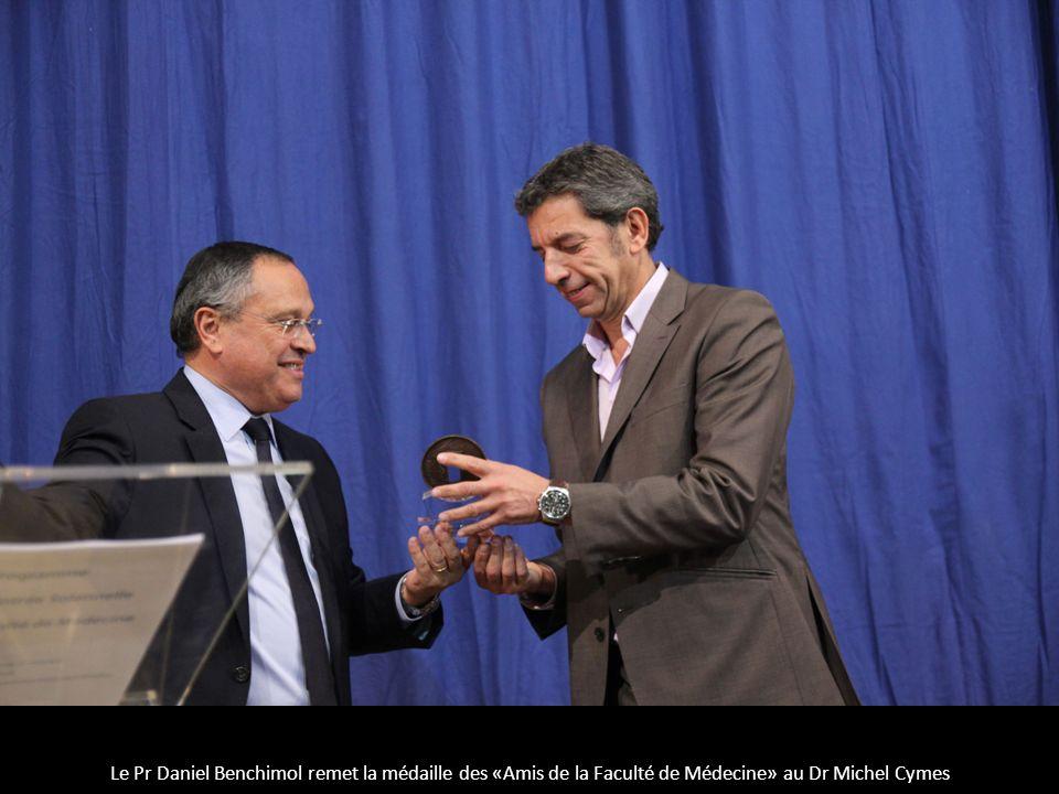 Le Pr Daniel Benchimol remet la médaille des «Amis de la Faculté de Médecine» au Dr Michel Cymes