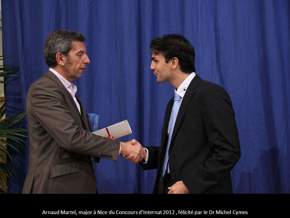 Arnaud Martel, major à Nice du Concours dInternat 2012, félicité par le Dr Michel Cymes