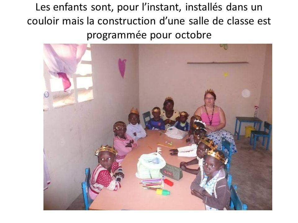 Les enfants sont, pour linstant, installés dans un couloir mais la construction dune salle de classe est programmée pour octobre