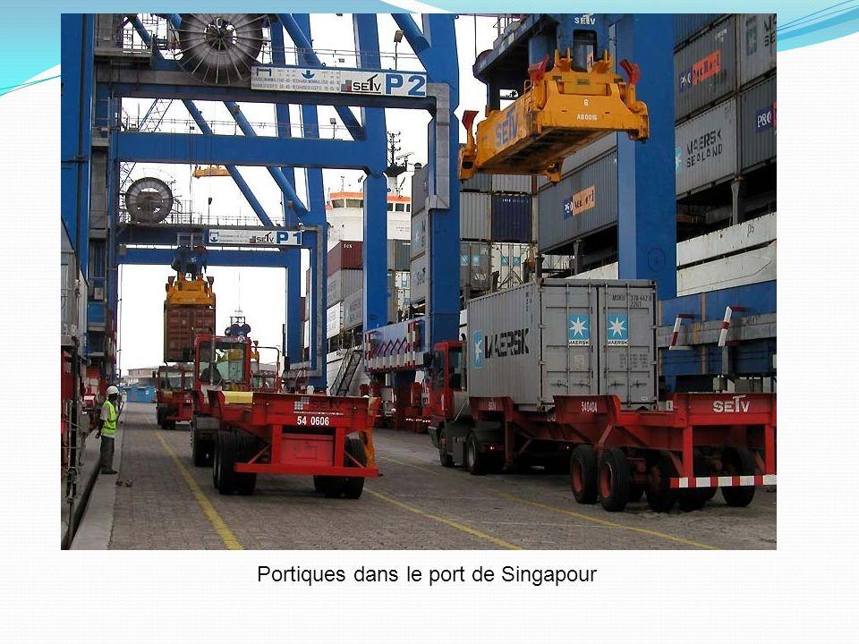Portiques dans le port de Singapour