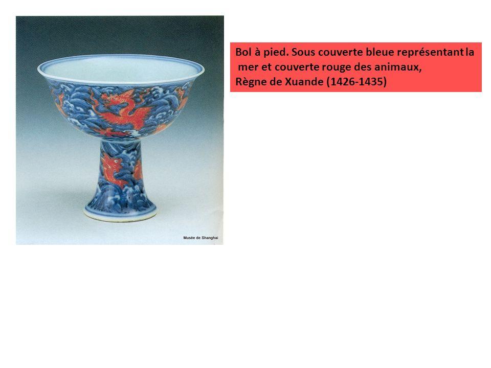 Bol à pied. Sous couverte bleue représentant la mer et couverte rouge des animaux, Règne de Xuande (1426-1435)
