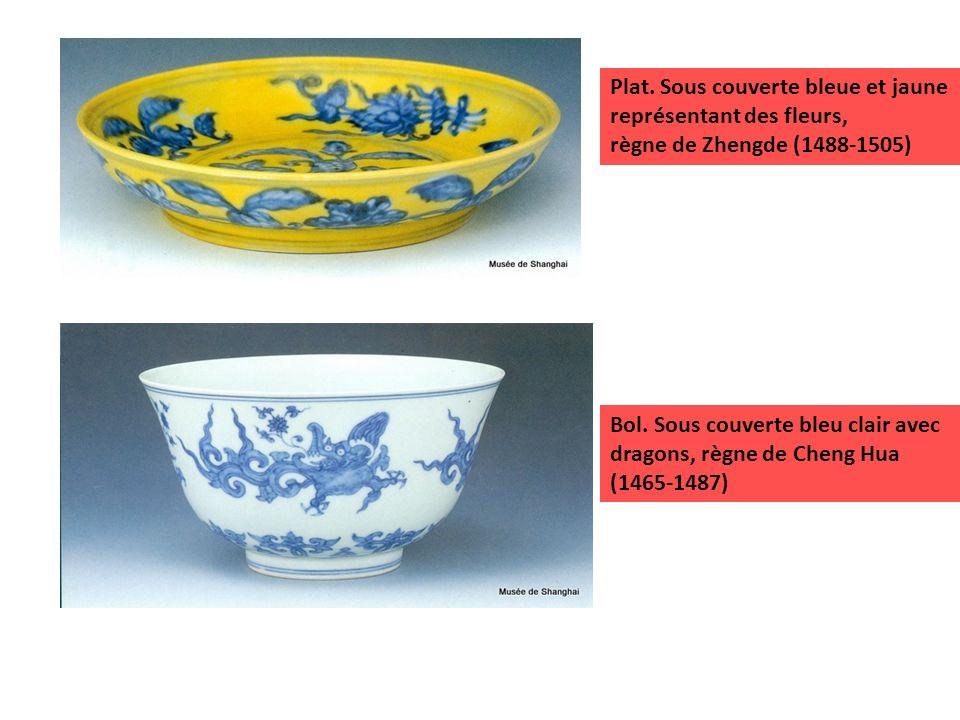 Bol. Sous couverte bleu clair avec dragons, règne de Cheng Hua (1465-1487) Plat. Sous couverte bleue et jaune représentant des fleurs, règne de Zhengd